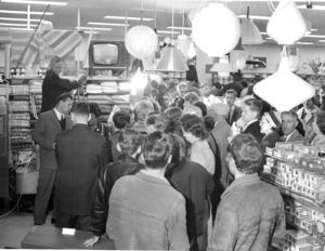 Det var många som var intresserade när Domus öppnade i Ljusdal för 60 år sedan. Runt 3 000 personer kom till öppningen. Textförfattaren Thure Englund syns längst till vänster i bild, men ryggen mot kameran. Foto: arkiv