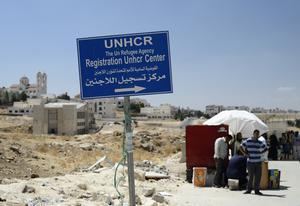 På UNHCR:s huvudkontor i Amman väntar människor på att bli registrerade så att de kan få de ekonomiska bidrag FN delar ut till krigsflyktingar. Foto: Henrik Montgomery / TT.