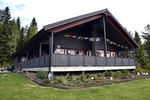 Yvonne Okayama med sin nybyggda villa, placerad på den plats där hennes förra hus eldhärjades i oktober 2013.