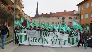 I år styrdes marschen in på Linnégatan för att sedan ledas ner i gångtunneln under ringvägen.