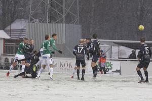 Simon Alexandersson nickar in 1–0 till Brage.