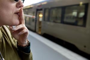 Det blir förbjudet att röka på tågperronger från och med den 1 juli 2019.