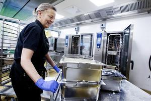 Kokerskan Märtha Edlund arbetar i köket. Där  lagas även 360 luncher till eleverna på Thoren Business School och Yrkesgymnasiet i Gävle samt all mat till restaurangen på sjukhuset.