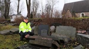 Gravstenarna ligger slängda bakom kyrkomuren. - Man blir gråtfärdig, säger Kjell Johansson.