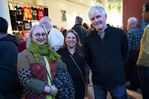 Tina Höglund, Inger Nyträsk och Hasse Höglund var på bra humör inför konserten. Inger hade bjudit sin Hasse på en kväll med 1970-talstema eftersom han fyllde år i fredags.