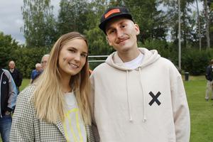 Simon Petterssons barndomsvän Sofia Norén tillsammans med Alexander Norén var på plats och stöttade Simon.