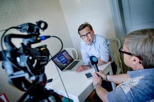 Ulf Kristersson (M) ger besked i vår partiledarintervju. Klas Leffler håller i mikrofonen.