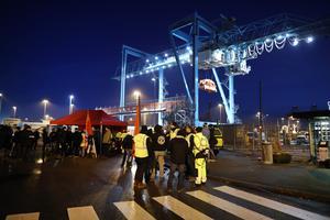 När hamnar står stilla måste vi använda lastbil och det får självklart konsekvenser för miljön. Den långa hamnstrejken i Göteborg ledde exempelvis till ökade koldioxidutsläpp på 124 ton per dag under den tid konflikten pågick, skriver debattförfattarna. Bilden är från hamnstrejken i Göteborg. Foto: Adam Ihse/TT-arkiv
