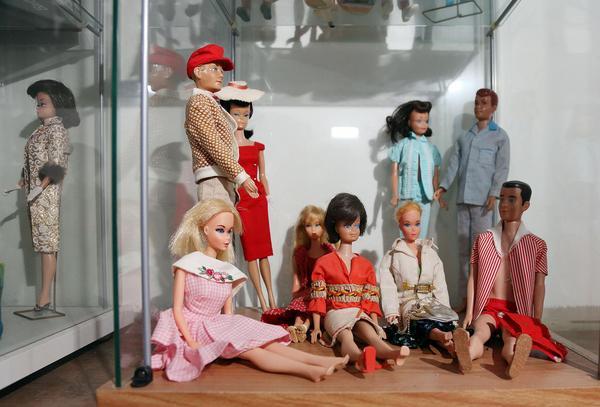 Ett 50-tal gamla Barbiedockor bor i Govâla i Glöte.