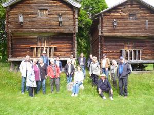 Välbevarade härbren vid Västigårn tillsammans med Seniorer och värdar ( sittande )