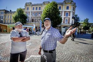Tyska turisterna Steffen Steiner och George Kraus tycker att det var mycket intressant att se valstugorna, även om de hade kritiska synpunkter kring  konstruktionen på en del.