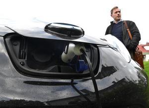 Patrik Westerlund, ledningsstrateg på länsstyrelsen laddar för Klimatveckan och laddar gärna även sin elbil.
