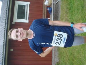 Segraren i herrklassen Alexander Lindskog tyckte det var svårare att springa utför än uppför de två bergen. Läsarbild: Bosse Johansson.