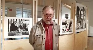 """Olof Sandahl visar en svit linoleumsnitt från 1973-74. Han berättar hur han köpte vanlig golvlinoleum som han sedan skar upp till en viss form som sedan limmades på ett fast underlag. Sedan skar Olof med speciella skärjärn ut olika profiler: """"Resultatet blir en högtrycksprincip. Man valsar in färgen på linoleumplattan och trycker sedan som i en boktryckspress""""."""