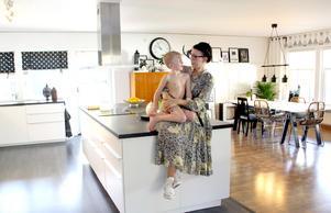 Elias hoppar upp till Johanna på köksön. Det är gott om plats för en barnfamilj.