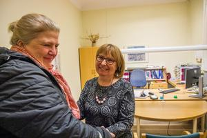 Marika Engberg uppvaktar Karin Sundblad som säljer sin redovisningsfirma i  Bergsjö.