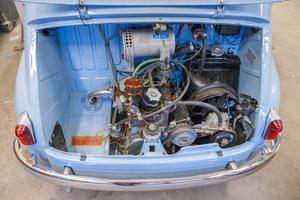 Motorn är monterad bak i bilen och levererar hela 21,5 hästkrafter.