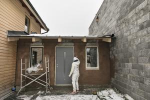 Sara Hector tittar till om det hon tiggare rappat på utbyggnaden mellan garaget och bostadshuset har torkat.