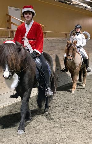 Klasskamraterna Max Andersson och Isabell Isaksson utklädda under en islandshästtävling på skolan.
