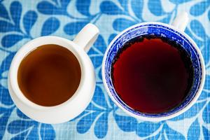 Till vänster chaga-te och  till höger svartvinbärste.
