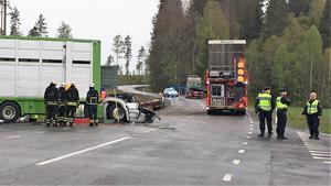 Många olyckor i vårt område sker i stadsmiljö, men det finns även utsatta ställen längs riksvägarna. Gunnilbokorset i Skinnskattebergs kommun är ett exempel. Den här olyckan involverade två lastbilar och inträffade i maj 2019.
