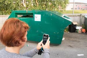 Maria Davidsson fotar skräp dumpat vid Ica i Haga. Hon skriver sedan ner vilka åtgärder hon tagit.