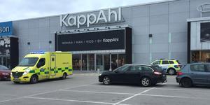Föraren fördes till sjukhus i ambulans för kontroll.