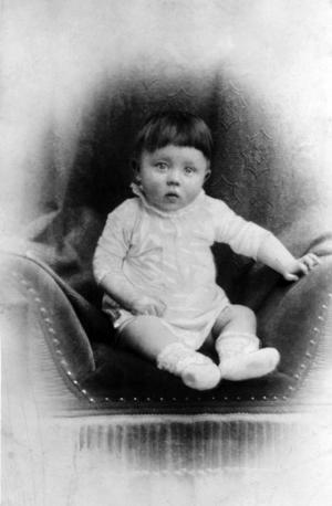Adolf Hitler omkring ett år gammal 1890. Foto: Okänd