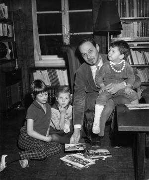 Lennart Hellsing, tillsammans med sina barn  Susanna, Johanna och Peter 1961. Foto: Svenska Dagbladet / SCANPIX