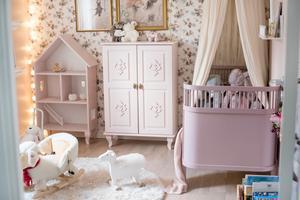 Nio månader gamla dottern bor som i en saga i sitt rum.
