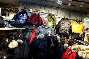 """På Naturkompaniet upplever man att stölderna av de dyrare märkesjackorna har ökat det senaste året. """"Vi har fler stöldförsök och personer som klipper larm i år. Tidigare har det varit lugnare"""", säger butiksägaren Esa Kuosku."""