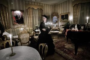 Många kända människor har rört sig genom salarna. En av gästerna var kung Karl XI, en annan Carl von Linnés pappa Nils som var kyrkoherde i Wedevågs kyrka. Andra besökare är namnlösa. Sanni Schalander guidar.