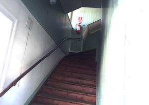 Den gamla trapphuset upp till övervåningen.  Fastigheten slutade användas som stationsbyggnad 1966.