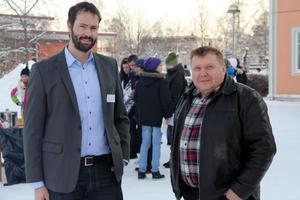 Projektledare David Norman för Teknikcollege Hälsingland och ordförande för gymnasie- och utbildningsnämnden Åke Ahl hann samtala en stund ute på skolgården, där det också bjöds på aktiviteter, innan invigningen.