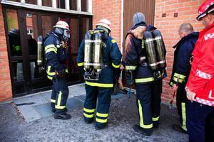 Aulan på Nyhedens skola rökfylldes på onsdagsförmiddagen. En brand hade startat i en dörr till en källare under aulan. Sedan spred sig söken via ventilationssystemet till själva aulan.