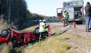 En av räddningstjänstens bilar voltade på väg till en av olyckorna.
