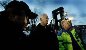 Oro och ilska. Håkan Westin, fackombudet Lennart Bergsten och Eje Jonasson är tre av de truckförare som trots sin rutin ännu inte vet om de får behålla jobbet efter nyår.
