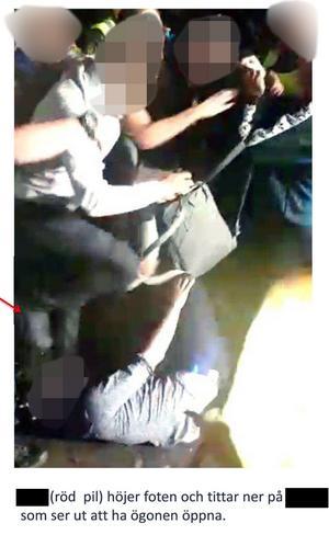 Bilder ur polisens förundersökning där gästen blir stampad på av en av de män som dömdes till fängelse av Västmanlands tingsrätt. Det är polisens anteckningar som syns under bilden där VLT maskat namnen.