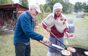 Kolbullar. Mats Johansson och hustrun Margareta hjälps åt med kolbullarna. Mats pekar uppåt holmen och berättar att han gått i skolan i Jädersbruks skola.
