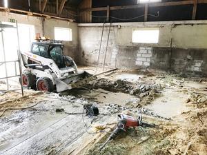 Den gamla betongplattan var de tvugna att bila bort. Här har det bott hästar sedan tidigt 1950-tal.