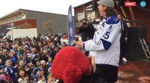 Johan Porsberger kliver upp på scen och fortsätter SHL-firandet med supportrarna på arenatorget vid Tegera arena.