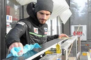 Vladimir Zografski preparerar skidorna inför säsongens första hopp på snö.