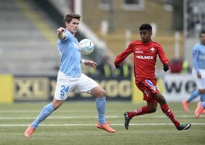 Kjartansson jagas av Tesfaldet Tekie, här i IFK Norrköping. Bild: Björn Lindgren/TT.