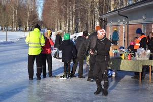 Skridskoåkarna hade med sig supportrar vid banan. Foto: Jörgen Notes
