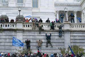 Supportrar till president USA:s avgående president Donald Trump stormade Capitolium den 6 januari för att stoppa processen med att godkänna Joe Biden som tillträdande president.  Foto: Jose Luis Magana/AP/TT