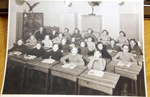 Klass 5-6 vid Åby skola. Kerstin sitter trea från vänster i andra raden framifrån. Skåpet med uppstoppade fåglar har precis flyttat till Ekebyskolan. Pappa Assar Jansson sitter längst bak.