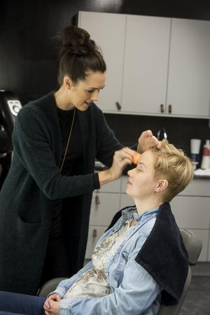 Hanna lägger grunden till makeupen och använder ett hudvänligt mineralsmink. Det gör Linda som är lite negativt inställd till smink, lite lugnare.