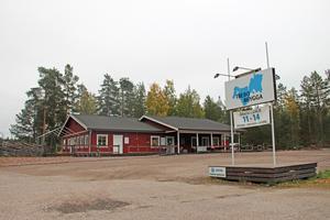 Trebo brygga ligger längs Årsundavägen, mitt emellan hamnen och golfbanan.