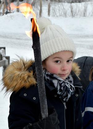 Tilde Vestergren bär facklan. Nu är Torsångs skolas eget OS invigt.