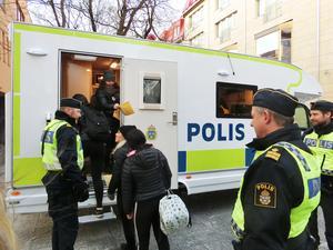 Erik Bakkman, till vänster, som är polisområdeschef för Jämtland öppnar dörren till den mobila polisstationen för några potentiella polisaspiranter som passerade på Gågatan.